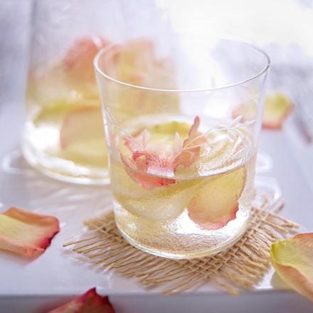Parfümiertes Rosenwasser mit Zitronen Rezept