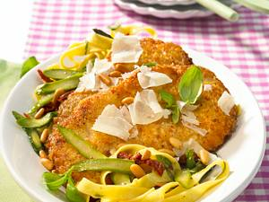 Parmesanschnitzel zu Spargel-Nudeln Rezept