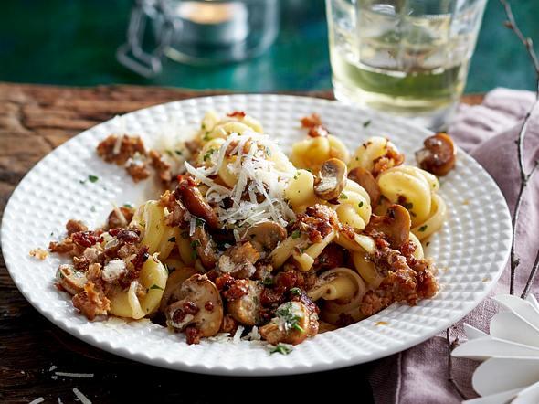 Pasta mit Salsicce und Pilzen in Marsalasahne Rezept