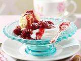 Pavlova mit Eis und heißen Himbeeren Rezept