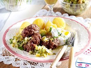 Pellkartoffeln mit Quark und Leinöl, Spreewald-Gurkenrelish und Frikadellen Rezept
