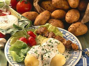Pellkartoffeln mit Sour-Creme und Schnitzelspieß  Rezept