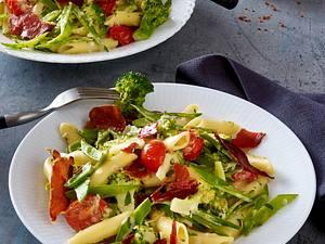 Penne mit grünem Gemüse und Knusperschinken Rezept