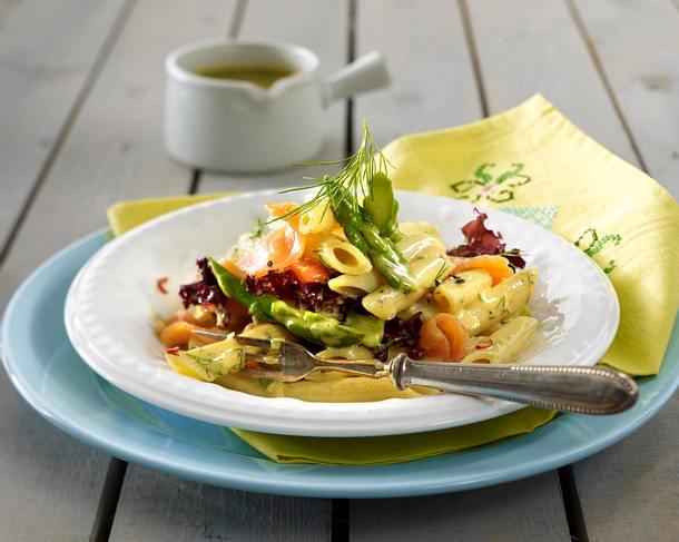Penne-Salat mit grünem Spargel, Räucherlachs und Lollo rosso in Honig-Senf-Dill-Doße Rezept
