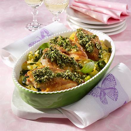 Pesto-Hähnchen auf Nudel-Zucchini-Bett Rezept