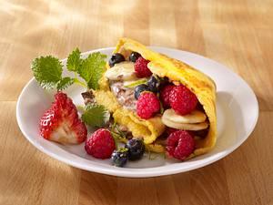 Pfannkuchen mit marinierten Beeren, Bananen und Nougat-Creme fraiche (4 mal anders) Rezept