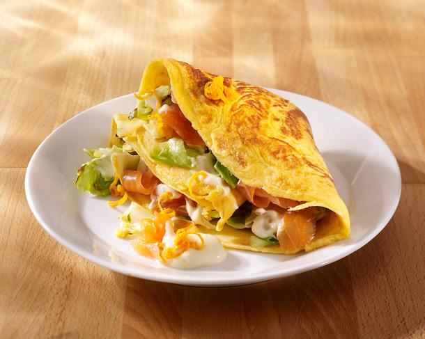Pfannkuchen mit Spitzkohlgemüse, Räucherlachs und Orangenmayonnaise (4 mal anders) Rezept