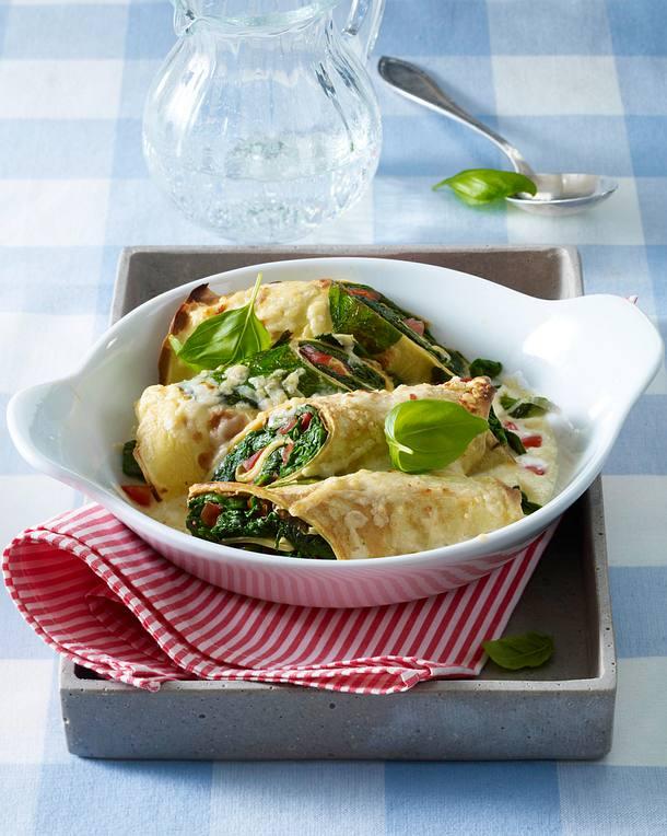 Pfannkuchenröllchen mit Spinat-Tomatenfüllung in Bechalmelsoße und mit Parmesan überbacken Rezept