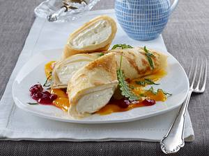 Pfannkuchenröllchen mit Vanillequark auf Mangopüree mit Preiselbeeren Rezept