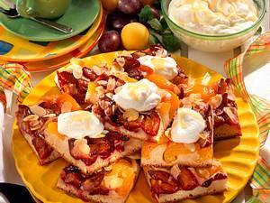 Pflaumen-Aprikosen-Hefekuchen vom Blech mit Eierlikör Rezept