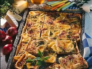 Pikanter Porree-Zwiebel-Kuchen mit Camembert und Greyerzer Rezept