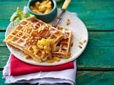 Pinienkern-Buttermilch-Waffeln mit karamellisierter Rum-Ananas Rezept