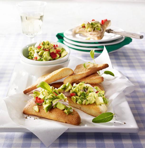 Pizza-Ecken mit Avocado-Paprika-Salat Rezept