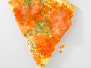 Pizza mit Crème fraîche, Räucherlachs und Forellenkaviar Rezept