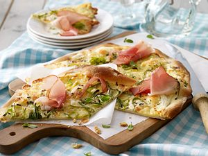 Pizza mit Schwarzwälder Schinken und Raclettekäse Rezept