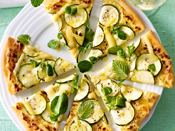Pizza mit Zucchini, Kresse und Emmentaler Rezept