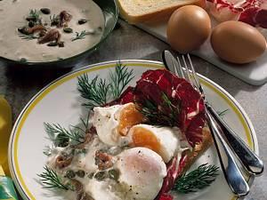 Pochierte Eier auf Toast mit Sardellen-Kapernsoße Rezept