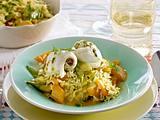 Pochierte Schollenröllchen mit Pesto-Füllung auf Kokos-Curry-Reis mit Zuckerschoten und Paprika Rezept