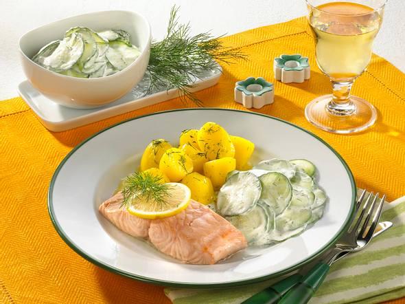 Pochierter Lachs mit Gurkensalat und Dill-Kartoffeln Rezept