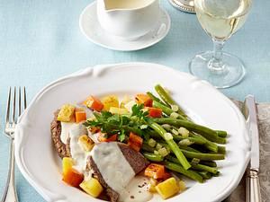 Pochierter Tafelspitz mit Meerrettichsoße, grünen Bohnen und gebratenen Gemüsewürfeln Rezept