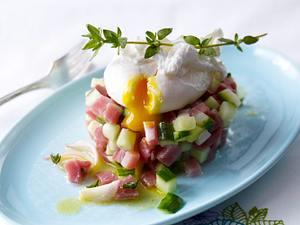 Pochiertes Ei auf Schinken-Gurken-Tatar Rezept