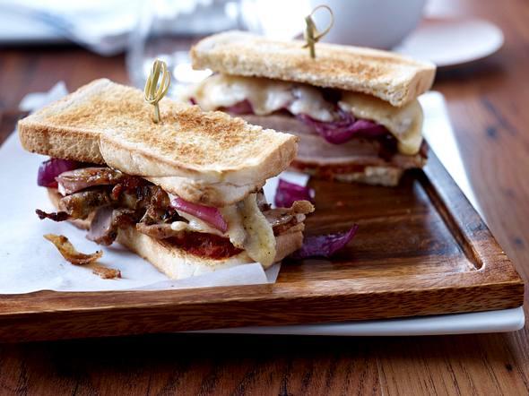 Porchetta Sandwich mit Balsamico-Zwiebeln Rezept