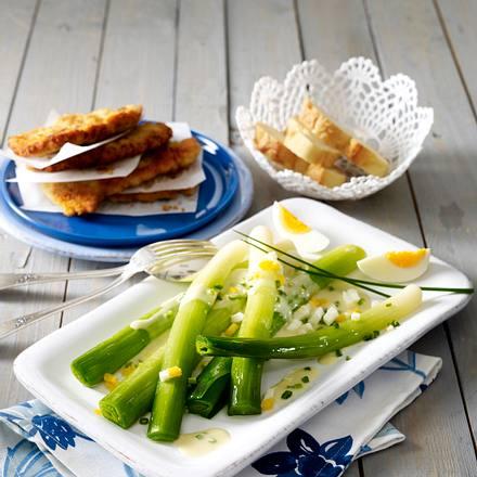Porree mit Senf-Schnittlauch-Soße und panierten Putenschnitzeln Rezept