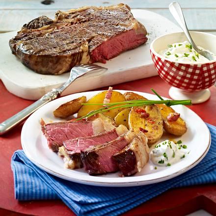 Porterhouse-Steak mit Chili-Speck-Kartoffeln und Kräuter-Sour Cream Rezept