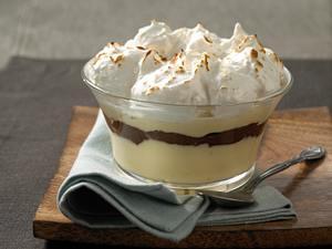 Pudding mit Kokos-Baiser und Schokostreifen Rezept
