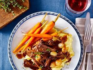 Pulled Pork mit Kartoffelpüree, Möhren und Perlzwiebeln  Rezept