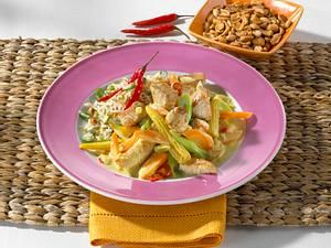 Putencurry mit Möhren-Maisgemüse dazu Erdnussreis Rezept