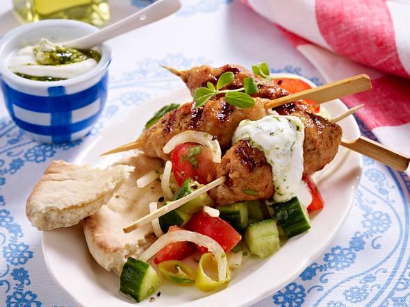 Putenköfte mit Salat & Dip Rezept