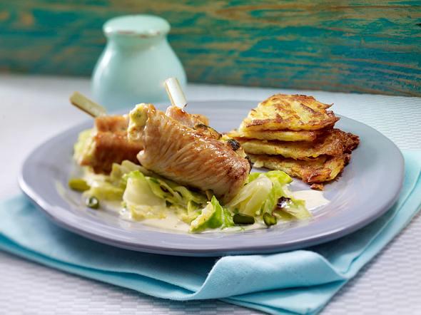 Putenröllchen mit Pistazien-Frischkäse-Füllung zu Sahne-Spitzkohl und Rösti Rezept
