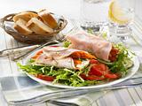 Putenröllchen mit Salat Rezept