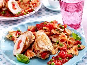 Putenröllchen mit Tomaten-Erbsen-Soße und Farfalle Rezept