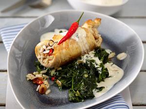 Putenschnitzel mit Erdnussreis-Füllung auf Blattspinat und Gorgonzolasoße Rezept