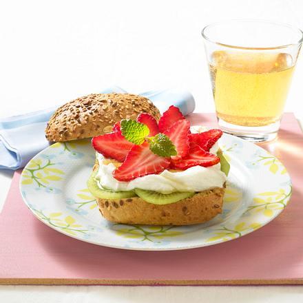 Quark-Brötchen mit Erdbeeren und Honig Rezept