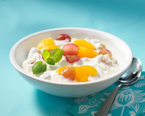 Quarkspeise mit Aprikosen und Weintrauben Rezept