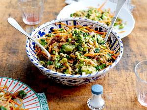 Quinoa-Brokkoli-Salat mit Pistazien und Apfel-Dattel-Vinaigrette Rezept