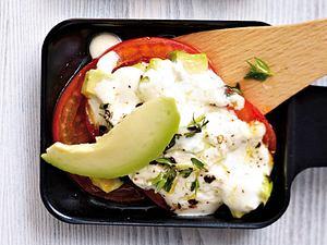 Raclette-Pfännchen Avocado mit Tomaten und Ziegenfrischkäse Rezept
