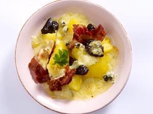 Raclette-Pfännchen mit Kartoffel, Speck, Pflaume, Blauschimmelkäse Rezept