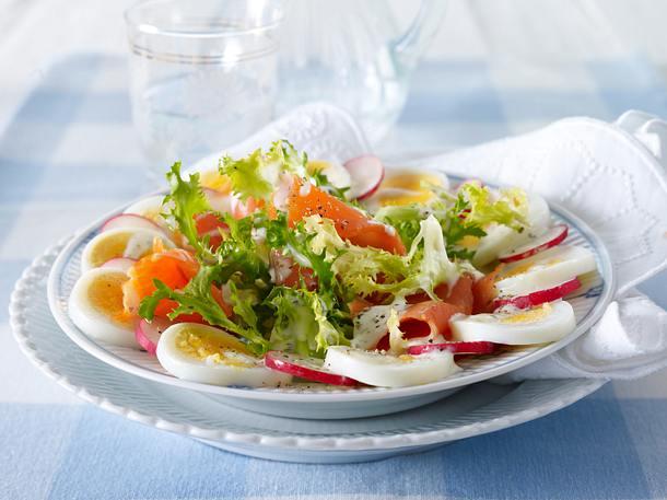 Radieschen-Eiersalat mit Frisee, Räucherlachs und Remoulade Rezept