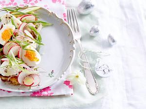 Radieschen-Salat mit Mascarpone-Nocken auf Röstbrot Rezept