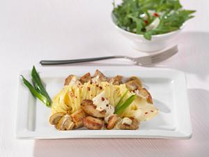 Rahmgeschnetzeltes vom Schweinefilet mit Bandnudeln und Rucola-Salat Rezept