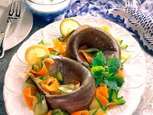 Regenbogenforelle auf Zucchini-Möhrengemüse mit Quark Rezept