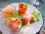 Reispapier-Rollen mit Lachs, Avocado und pink Grapefruit Rezept