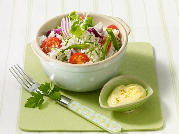 Reissalat mit Bohnen, Tomaten und Currysoße Rezept