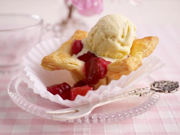 Rhabarber Blätterteig-Törtchen mit Vanilleeis Rezept