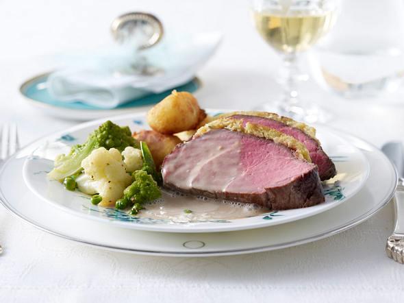 Rinderfilet mit Macadamia-Rosmarin-Kruste in Sherryschaum zu Dauphin-Kartoffeln und glasiertem Gemüse Rezept