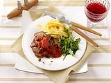 Rinderfiletschnitzel in pikanter Tomatensoße mit Rauke und Bandnudeln Rezept